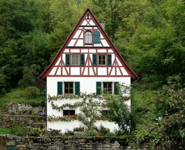 Клееный брус позволил избавиться от целого ряда недостатков, характерных для натурального дерева при постройке фахверкового дома
