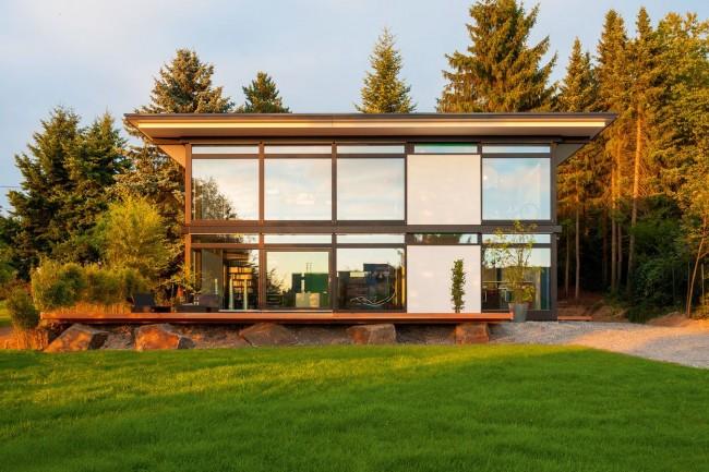 Современный стеклянный фахверковый дом с плоской крышей