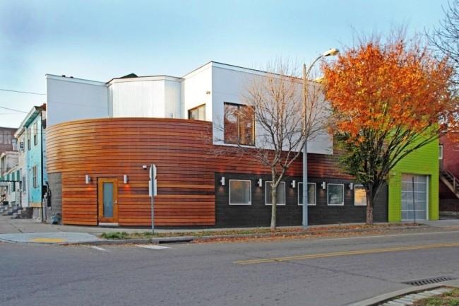 С помощью имитации бруса легко можно подчеркнуть отдельные части здания