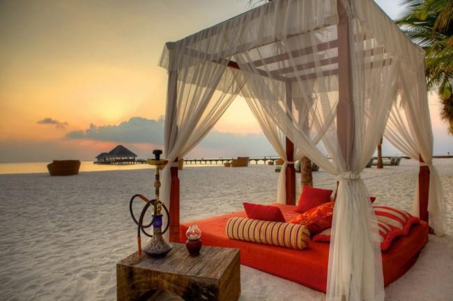Божественная беседка с матрасом и подушками, где наблюдая за морем, можно окунуться с головой в отдых с кальяном
