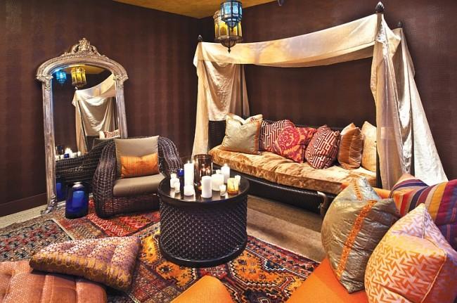Мягкий шерстяной или шелковый ковер на полу, множество ярких подушек, текстильное панно, шторы — обязательные атрибуты восточного стиля, которые необходимы для создания полноценной кальянной