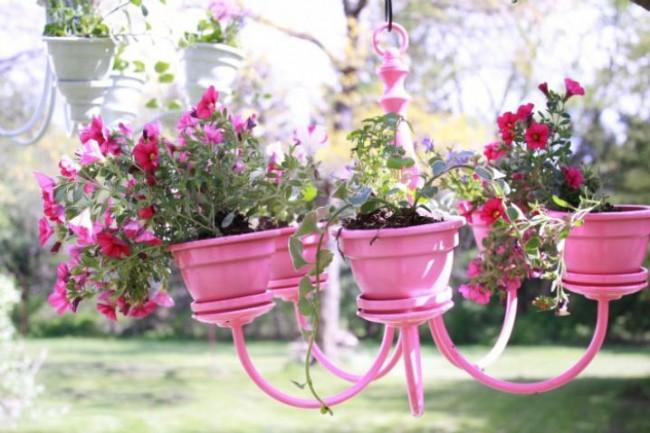 Кашпо из люстры для цветочных горшков создана для настоящих ценителей прекрасного, ее легко переносить, поэтому она может красоваться и в доме, и на улице, радуя глаз