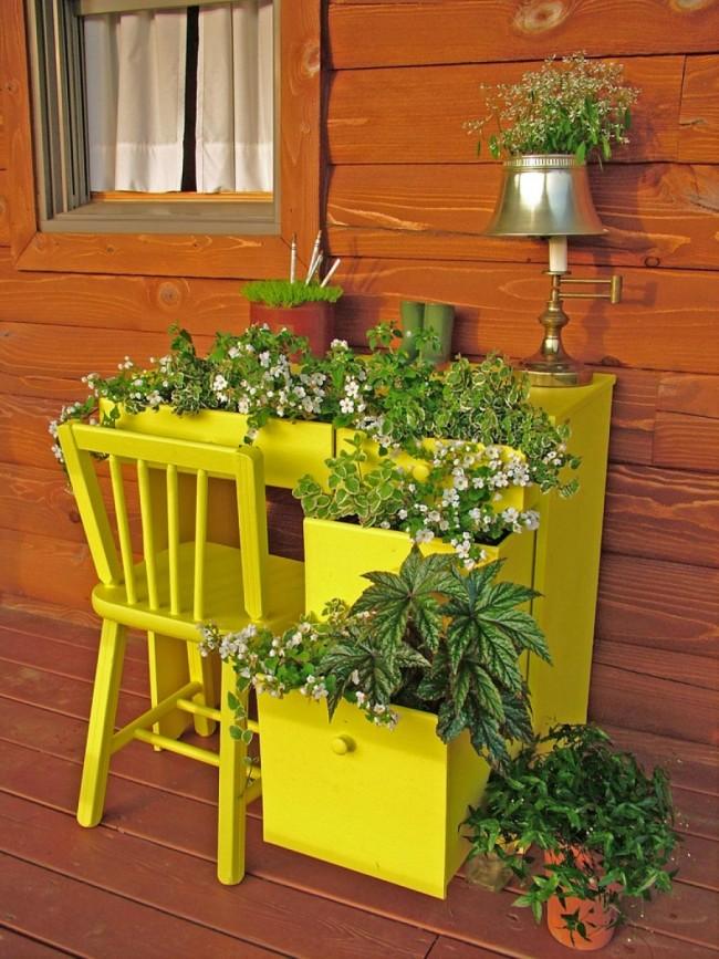 Композиция из мебели, выкрашенной в желтый цвет, и растений, будет радовать глаз и хозяев и гостей участка