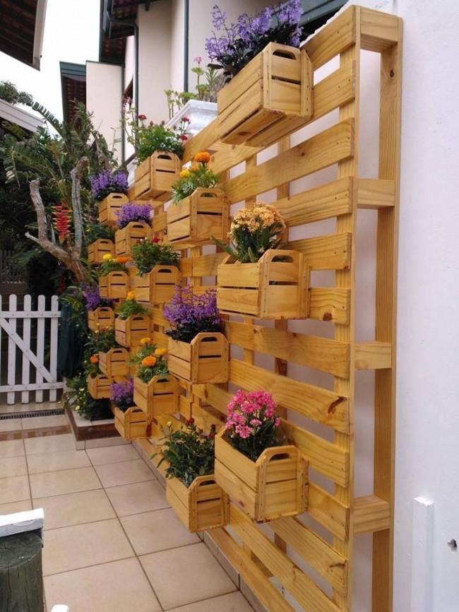 Деревянная конструкция с ящичками, куда можно выставлять цветы в горшках и наслаждаться общим видом цветущей стенки