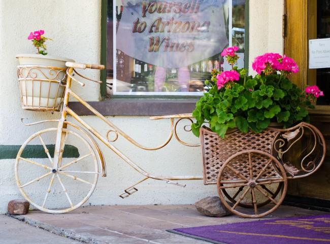 Декоративный велосипед с корзиной, которая стала отличным приютом для цветущей герани