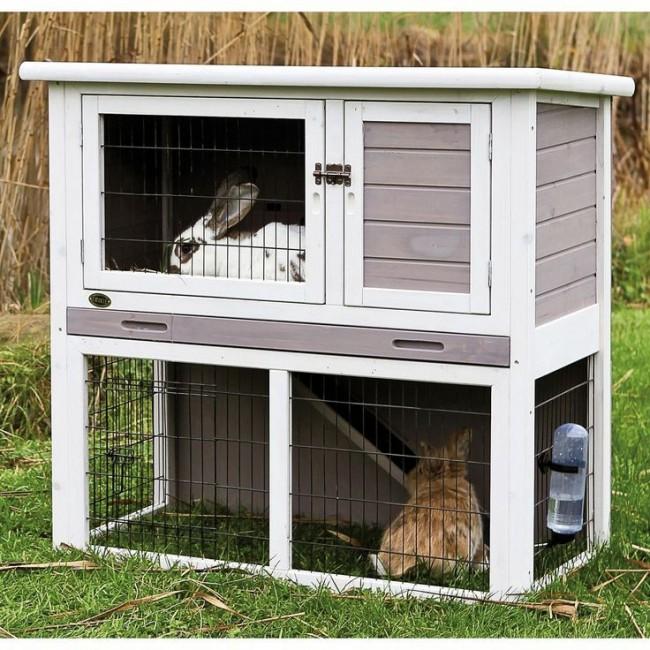 Для удобства в клетке делают две дверцы - деревянную в гнездовое отделение и сетчатую в кормовое