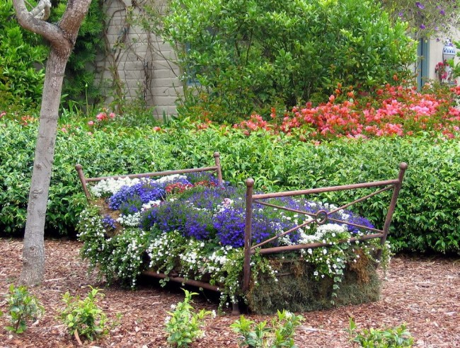 Старая железная кровать - отличная основа для шикарного цветника