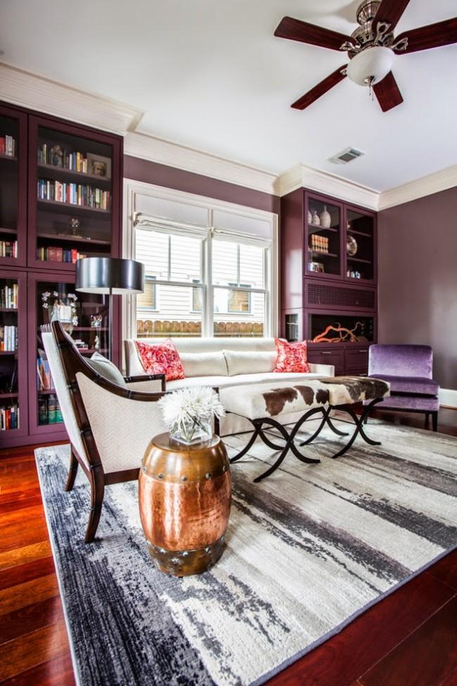 Интерьер лиловой гостиной можно построить на сочетании оттенков цвета и различии в их яркости