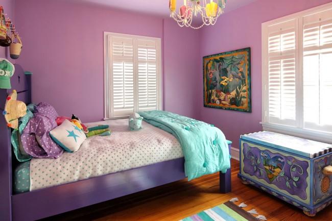 Детская комната, где активно использован лиловый цвет разных оттенков в оформление стен и мебели