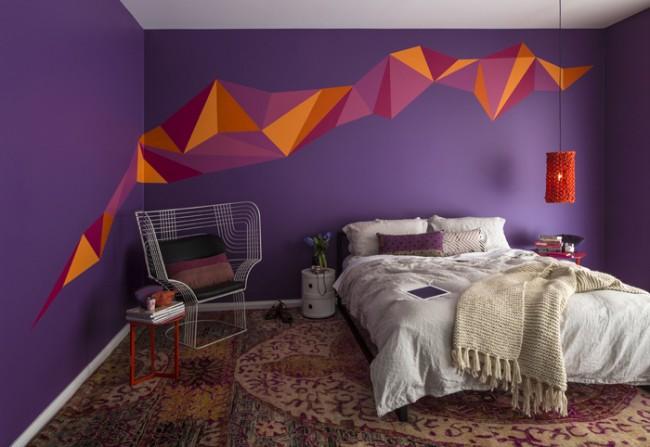 Насыщенный лиловый цвет стен с акцентами красного цвета