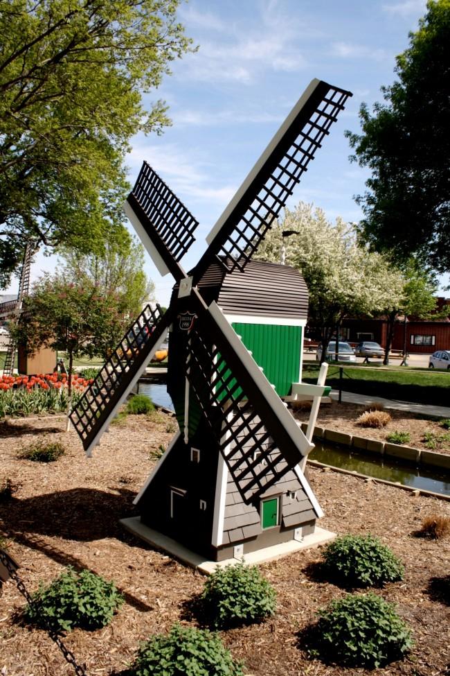 Мельницы, которые предназначены для установки в саду, могут выполнять только декоративную функцию, а могут, помимо этого, использоваться для чего-нибудь еще – всё зависит от их типа и функционального назначения