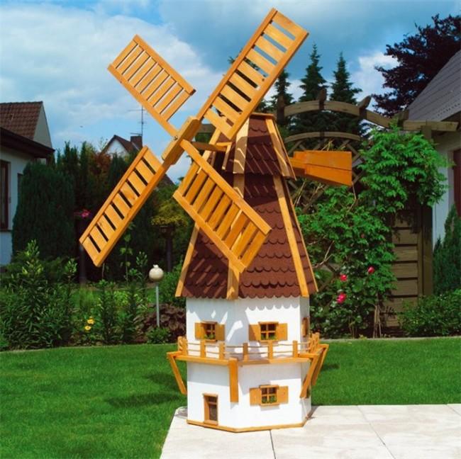 Чаще всего декоративные мельницы для сада делают деревянными, потому что этот природный материал лучше всего способен вписаться в любой ландшафтный дизайн садового участка
