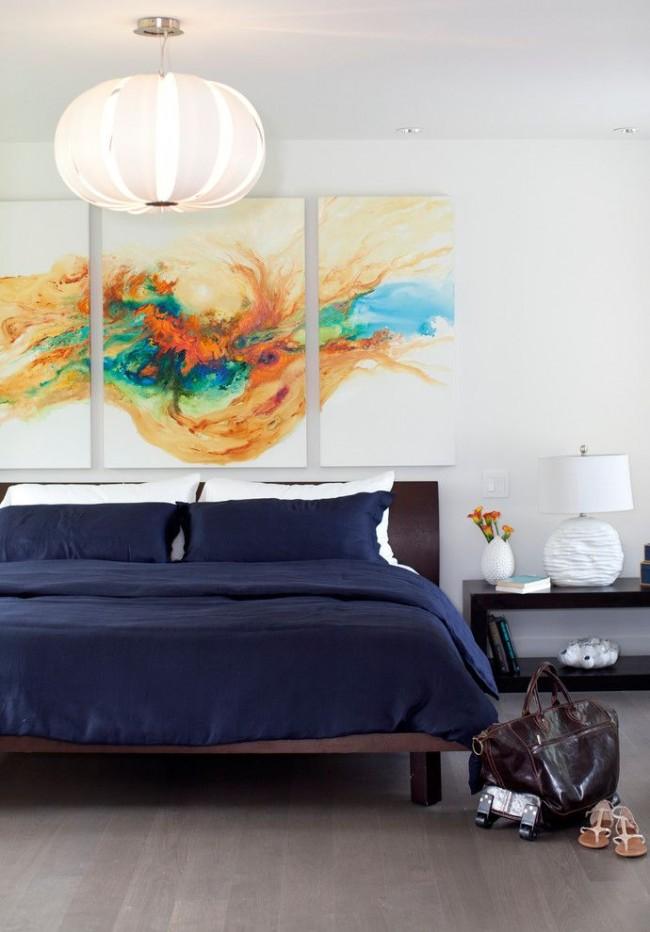 Три модульные картины с яркой абстракцией в спальне