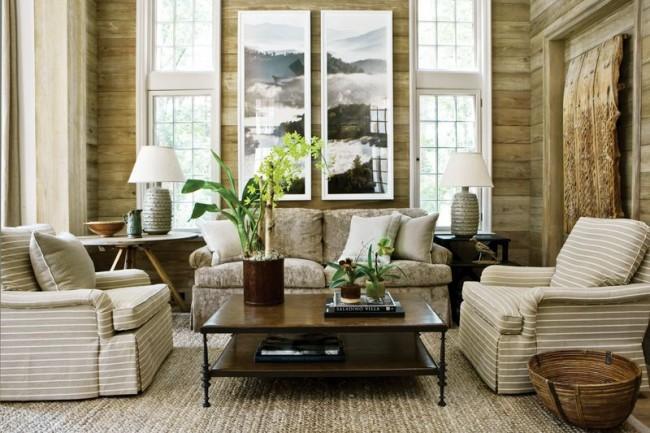 Две вертикально вытянутые модульные картины визуально увеличивают высоту комнаты