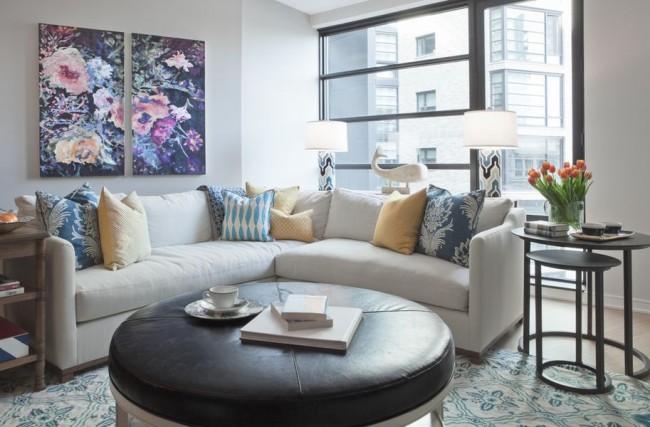 Две модульные картины с цветами в гостиной