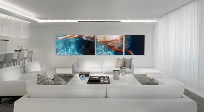Яркие модульные картины в белой гостиной