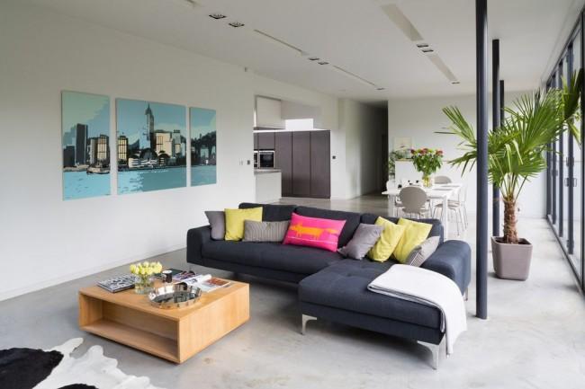 Три модульные картины в гостиной