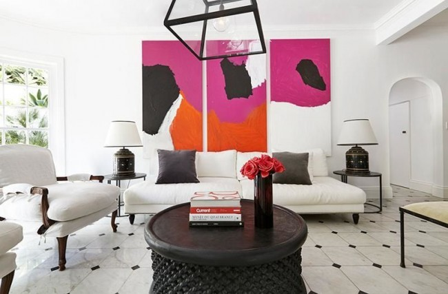 Три яркие модульные картины в белой гостиной