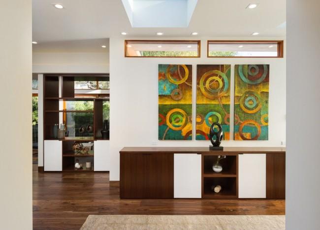 Триптих сочных цветов - яркий акцент в гостиной