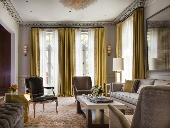 """""""Золотые"""" шторы, вторящие тумбе такого же оттенка - роскошное дополнение интерьера"""