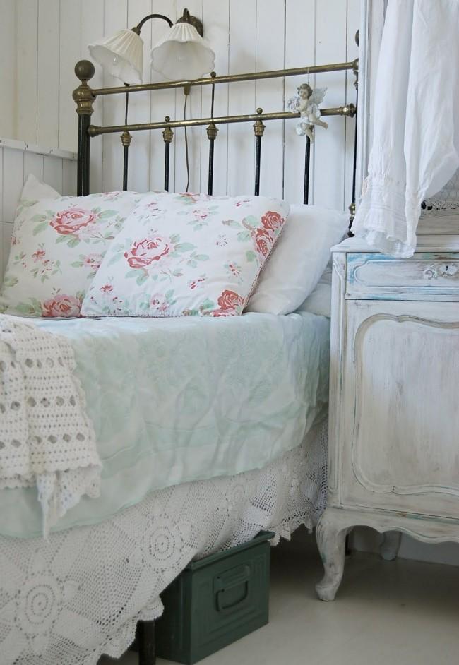 Металлическая односпальная кровать хорошо будет смотреться в интерьере стиля прованс