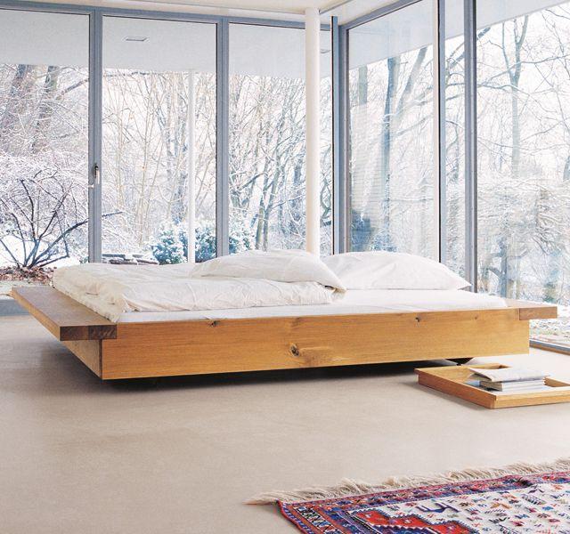 Кровать-платформа в спальне с панорамными окнами