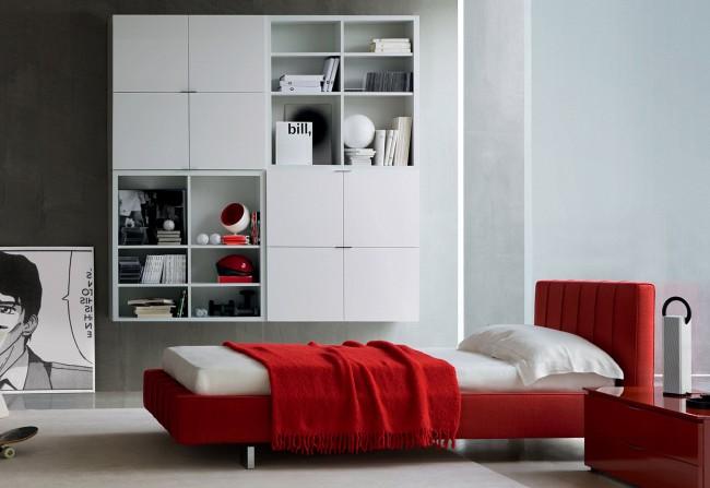 Красная кровать смотрится стильно на светлом фоне