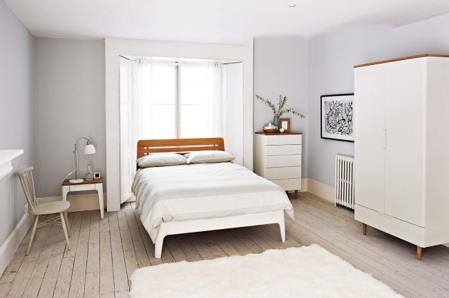 Кровать с деревянной спинкой