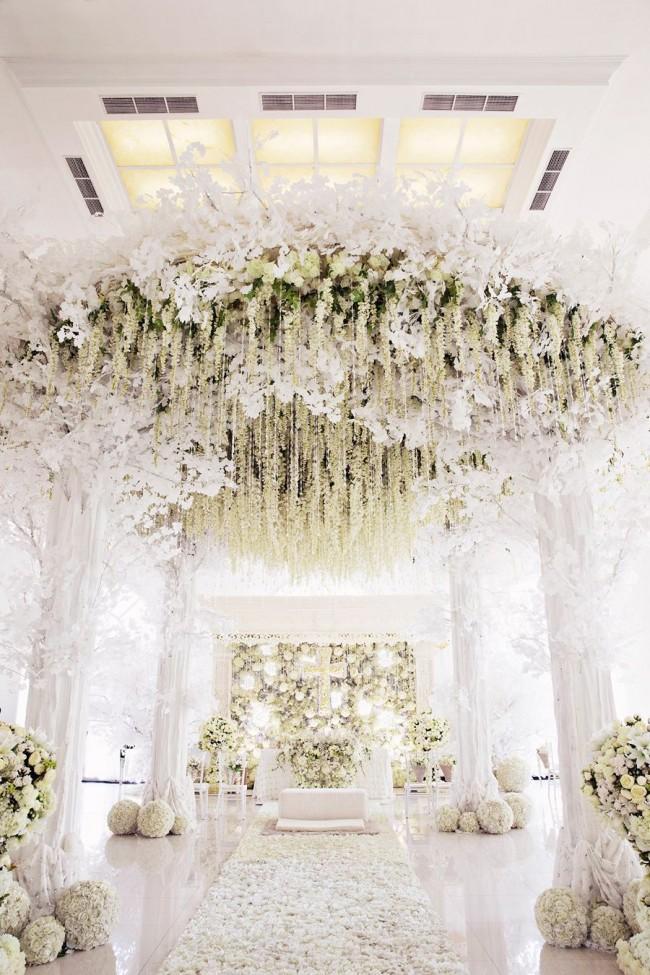Визуальная фантастика: белый цвет зала и ниспадающий цветочный декор