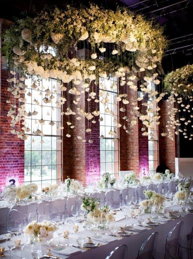 Сочетание декора белыми цветами и текстилем и необычного цветового решения в нижнем освещении зала