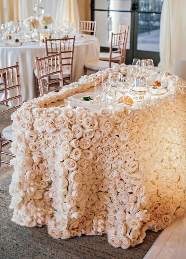 Президиум, он же стол молодоженов, может находиться прямо среди столов гостей, при этом можно выделить его пышной скатертью из кремовых роз