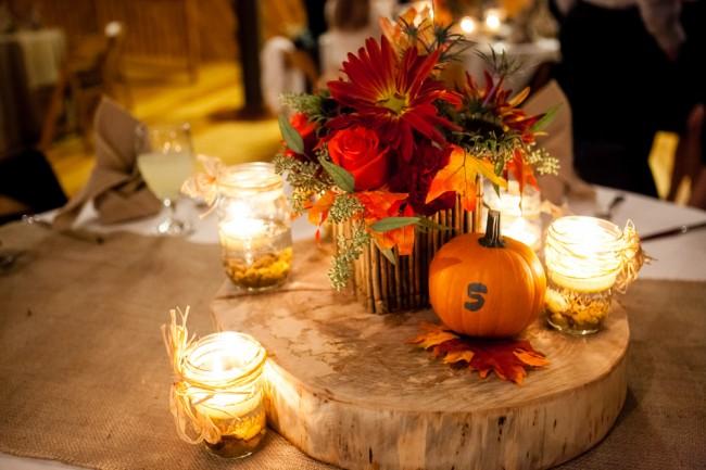 Милая и остроумная находка для осеннего декора свадебного зала: маленькие оранжевые тыквы как нельзя лучше подходят для нумерации столиков гостей