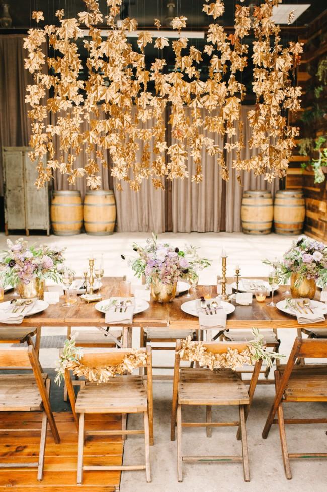 Сочетание осенней и кантри-тематик: непокрытые скатертями столы, деревянные бочки и сухие листья