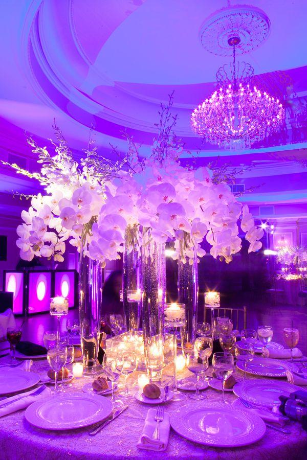 Кроме основного освещения зала, обязательно уделите внимание декоративному: фонарики, свечи или светодиодные ленты