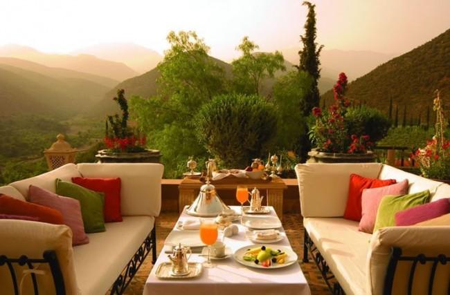 Мягкие диваны с мягкими подлокотниками обеспечат комфорт вам и вашим гостям