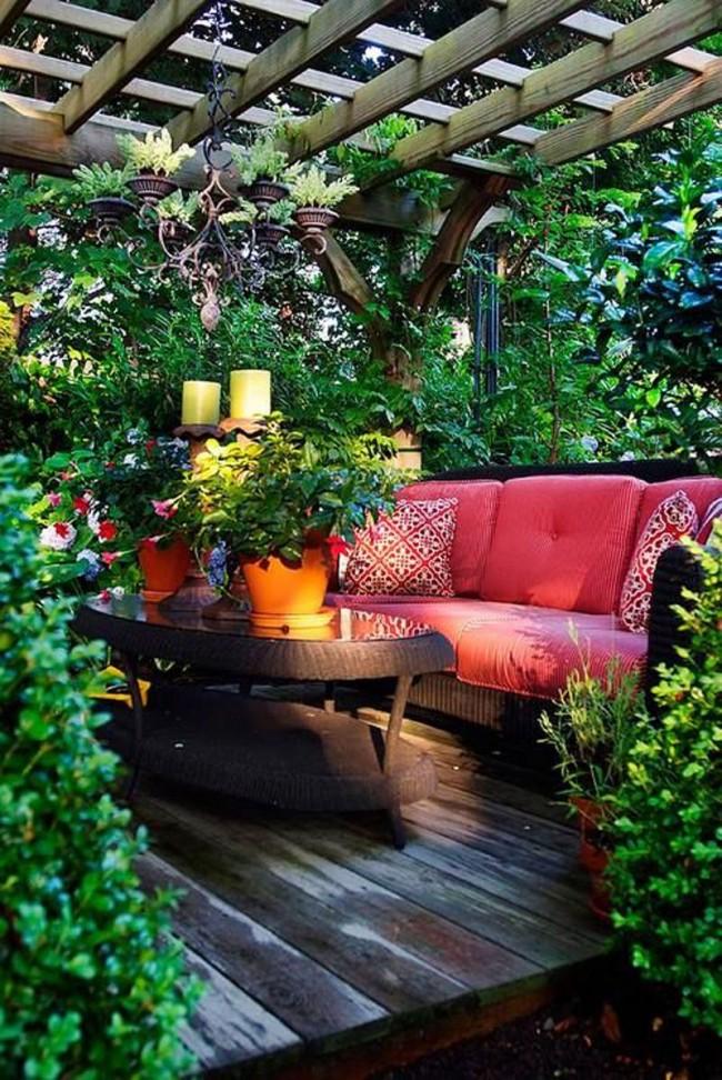 Патио, утопающее в роскошной зелени