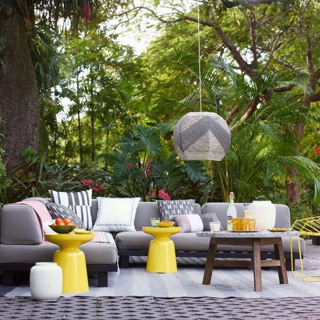Ни одно патио не обходится без милых элементов декора типа цветных подушек или ваз