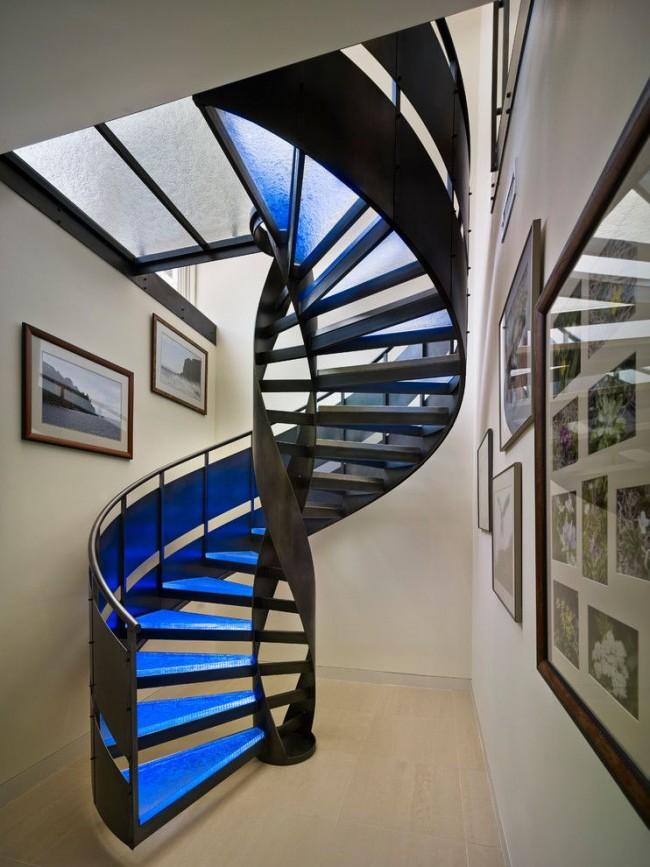 Лестница с металлическими перилами в стиле хай-тек