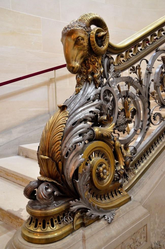 Дополнительный шарм кованые перила на лестницу получат, если использовать отделку в виде золота, серебра или платины