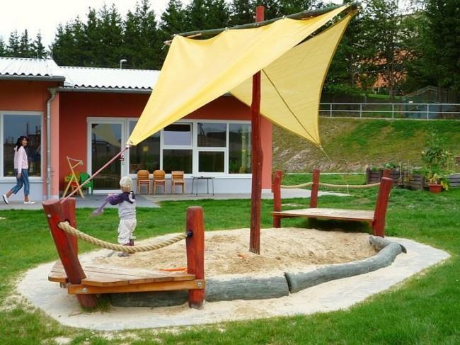Песочница с бортиками- бревнами и тентом, имитирующим парус