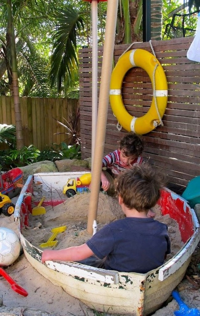 Песочница, созданная из старой лодки