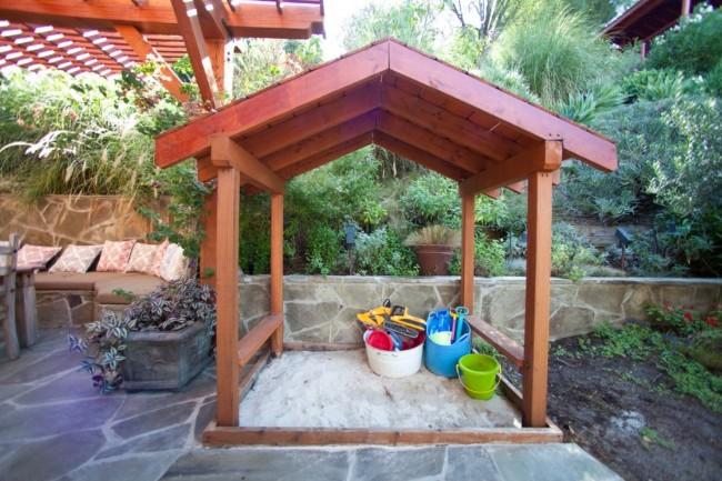 Песочница с деревянным навесом