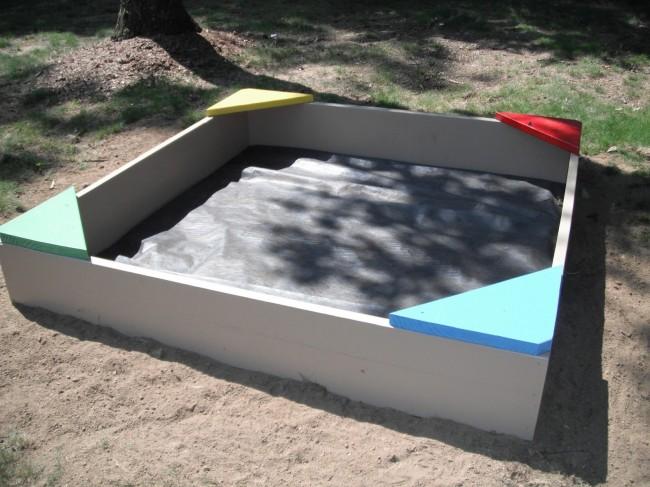 Песочница готова к засыпанию песка