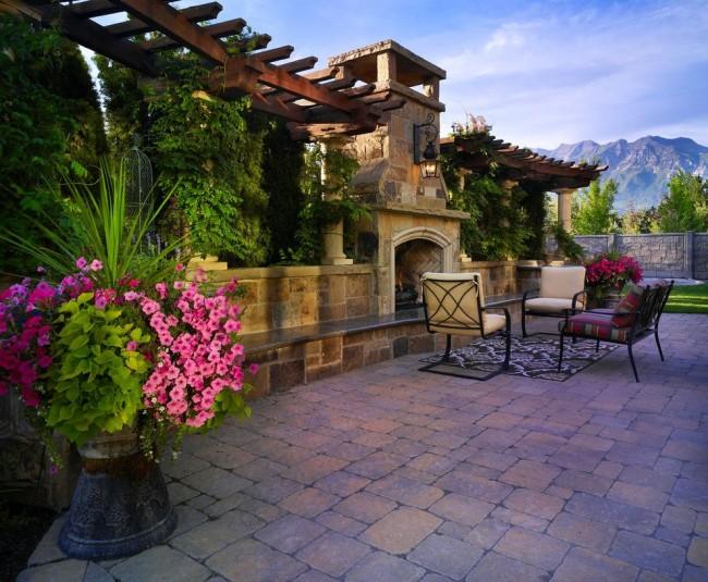 Вазон с петунией - эффектное украшение двора