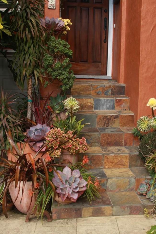 Украшение лестницы из плитки вазонами с декоративными растениями