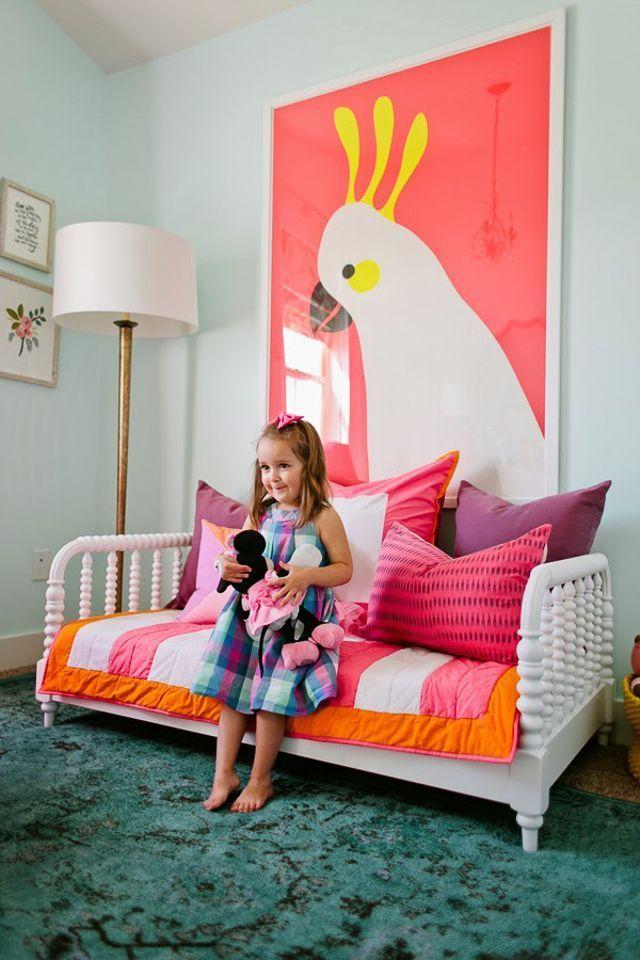 Большой постер с белым попугаем на розовом фоне