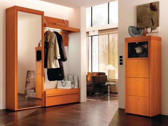 Один элемент мебели сочетает в себе сразу несколько: дверь шкафа служит и зеркалом, тумба для обуви - сиденьем, вешалка - еще и полочкой