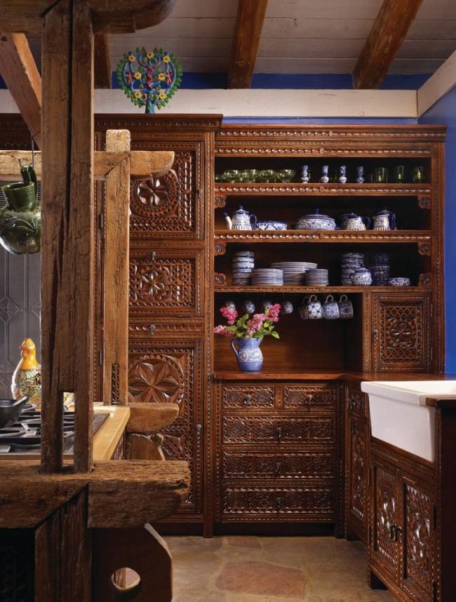 Резная деревянная мебель из дуба выглядит внешне привлекательно и добротно