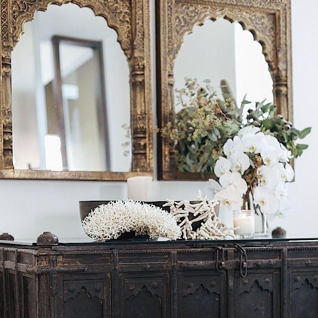 Красивые антиквариатные зеркала с резными рамками