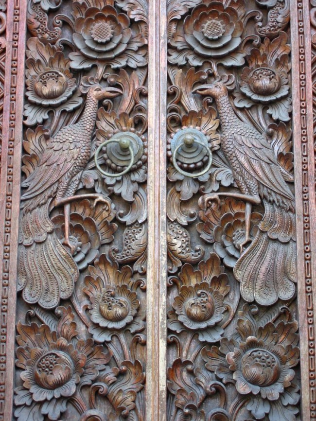 Старинные двери с великолепным узором